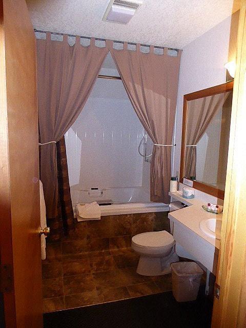 Wildwood Inn RMNP Bathroom