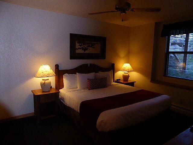 Wildwood Inn RMNP Bedroom