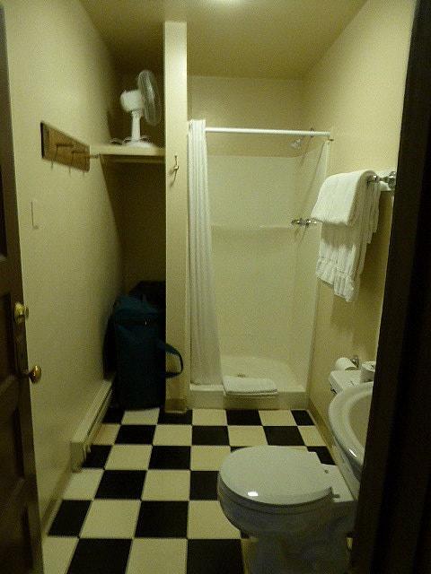 Chico Hot Springs Hotel Bathroom